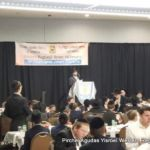 Rabbi Refoel Schnall addressing the Siyum